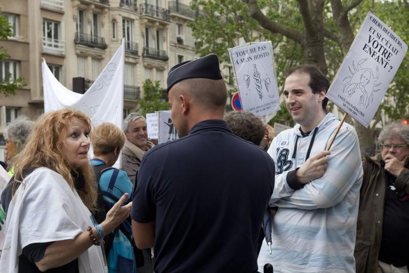 manifestation, devant ministere Sante, sauver service oncologie de Garches, Paris 05_14, ©natacha soury